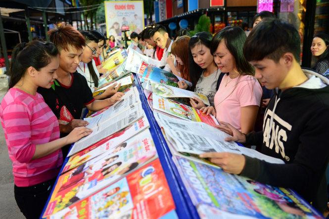 Đông đảo bạn trẻ đọc báo tại Đường báo Xuân